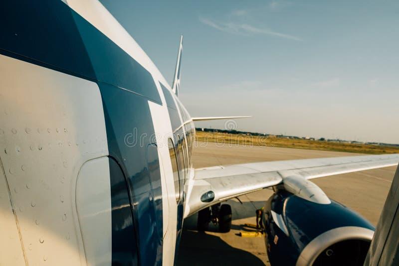 A asa e a fuselagem modernas de aviões peça a aterrissagem que descola de m imagens de stock