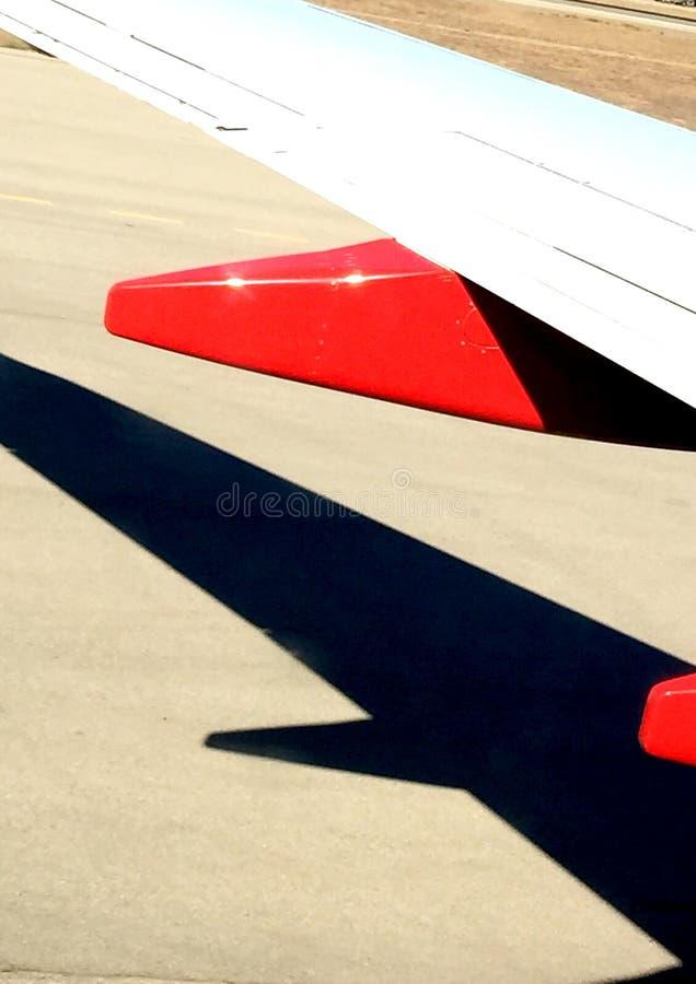 Asa e sombra do avião imagem de stock