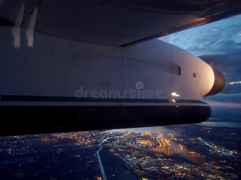 A asa plana voa sobre a cidade de Seattle na noite imagens de stock