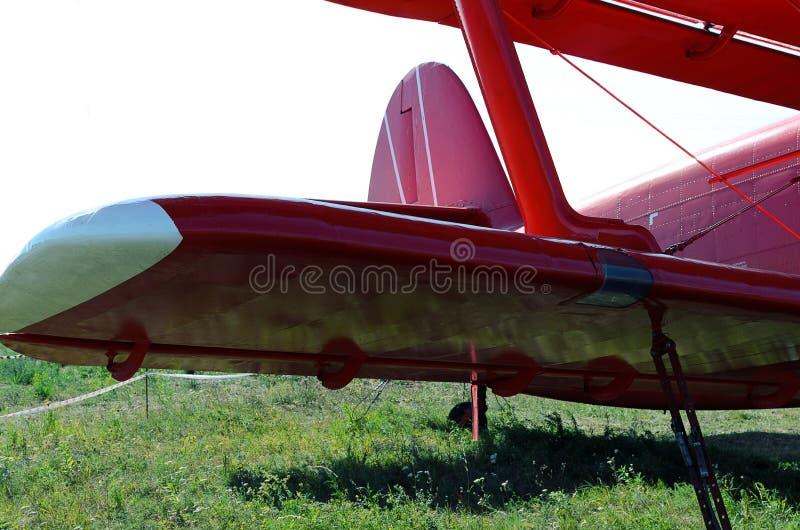 asa vermelha do biplano na terra imagens de stock