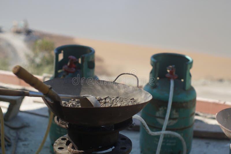 Asación concreta fresca en la cacerola de acero para la comprobación del contenido en agua fotografía de archivo