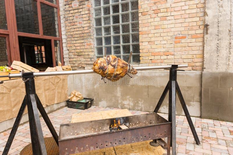 Asación de la carne en un escupitajo al aire libre fotografía de archivo libre de regalías