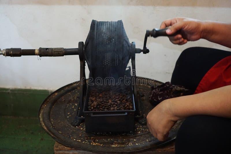 Asación manual del café fotos de archivo
