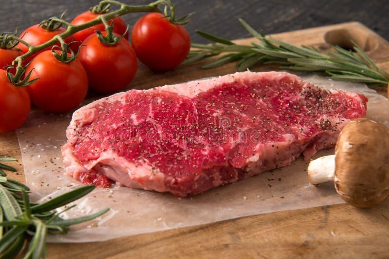 Asado a la parilla de serie del filete del lomo de la tira: Carne cruda imagen de archivo libre de regalías