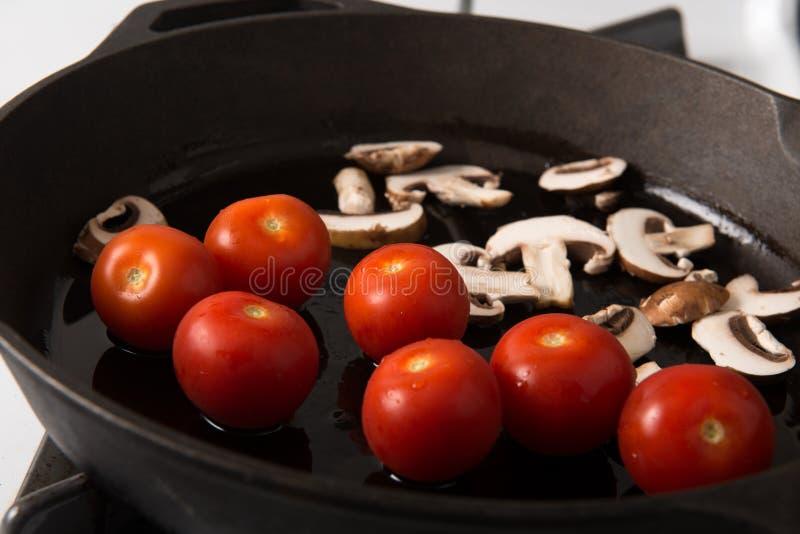 Asado a la parilla de serie del filete del lomo de la tira: Setas y tomates foto de archivo libre de regalías