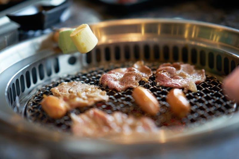 Asado a la parilla del cerdo y de las melcochas cortados en estilo coreano de la parrilla imagen de archivo libre de regalías