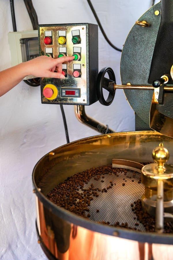 Asador femenino de las manijas en la producción orgánica del café fotos de archivo libres de regalías