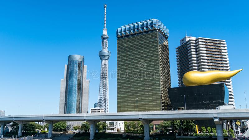 Asahi Breweries hat Gebäudes mit Asahi Flame mit Tokyo Skytree, Tokyo, Japan lizenzfreie stockfotografie