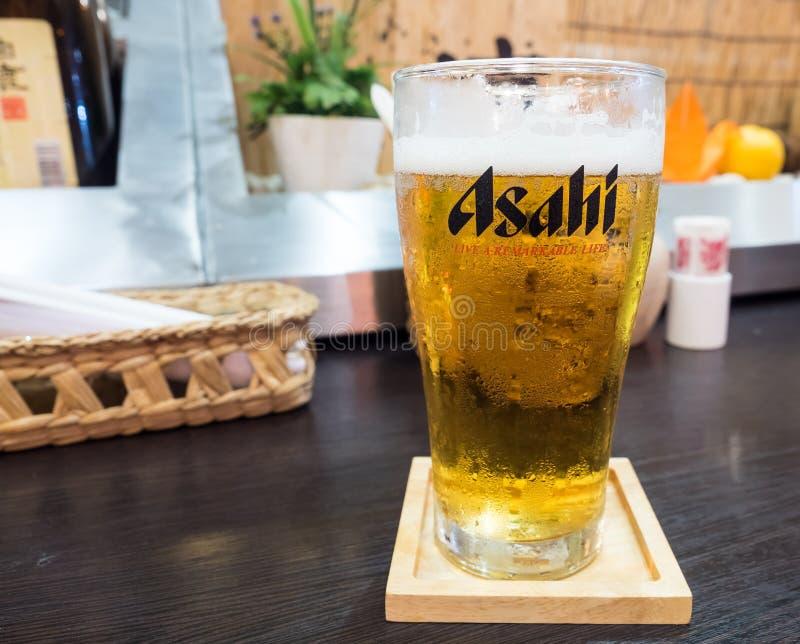 Asahi piwo w szkle na stole zdjęcie stock