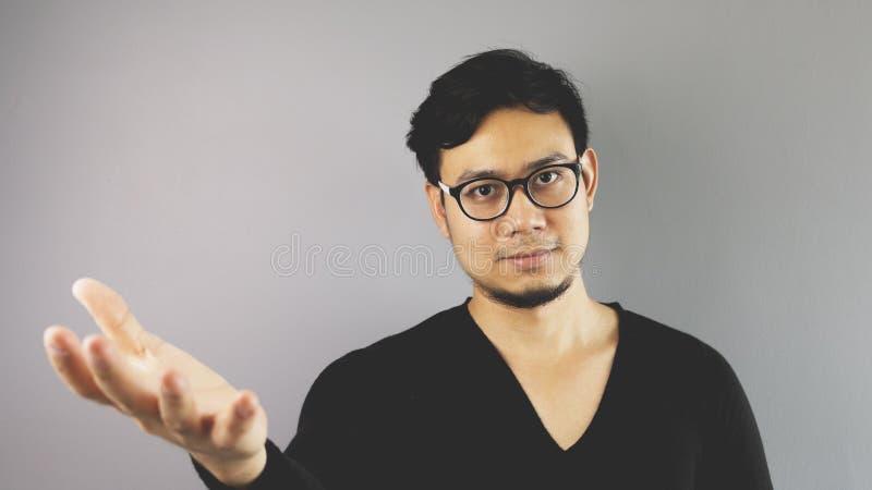 Asain人有灰色背景 免版税库存图片