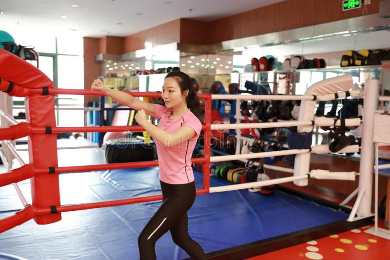 Asain dziewczyny chiński uśmiechnięty boks w gym Sporty, władza obraz royalty free