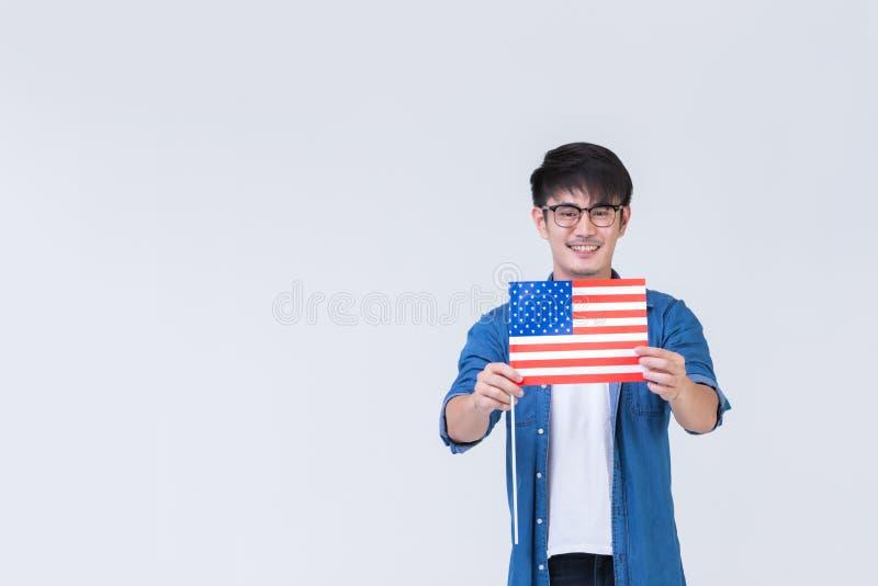 Asainmens die Amerikaanse vlag houden stock foto