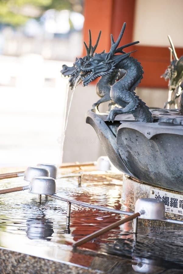 Asakura - Япония, 18-ое февраля 2016:: павильон fo омовения воды стоковая фотография rf