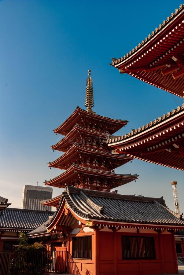 Asakusa świątyni dachu markizy szczegół - w jutrzenkowym świetle jako słońce wzrasta nad Tokio zdjęcia stock