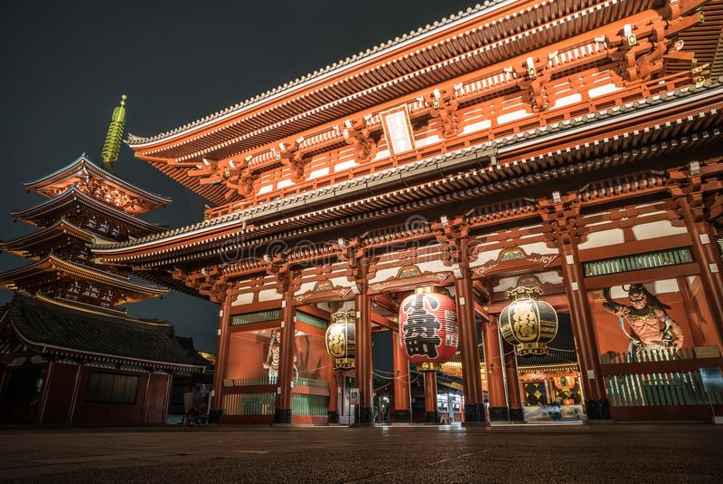 Asakusa of Sensoji-tempel bij nacht wordt verlicht die stock foto