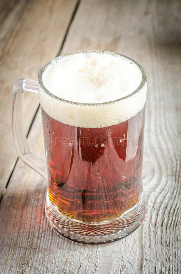 Download Asalte Con La Cerveza Oscura En La Tabla De Madera Foto de archivo - Imagen de licores, negro: 41908872