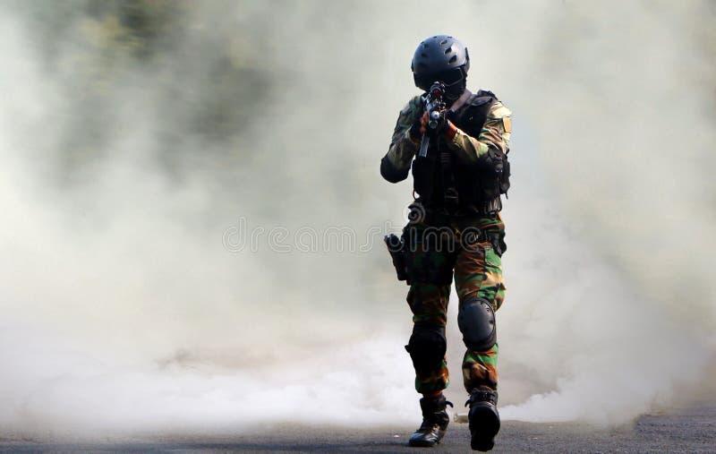 Asalto de la fuerza especial debajo de la pantalla de humo fotografía de archivo libre de regalías