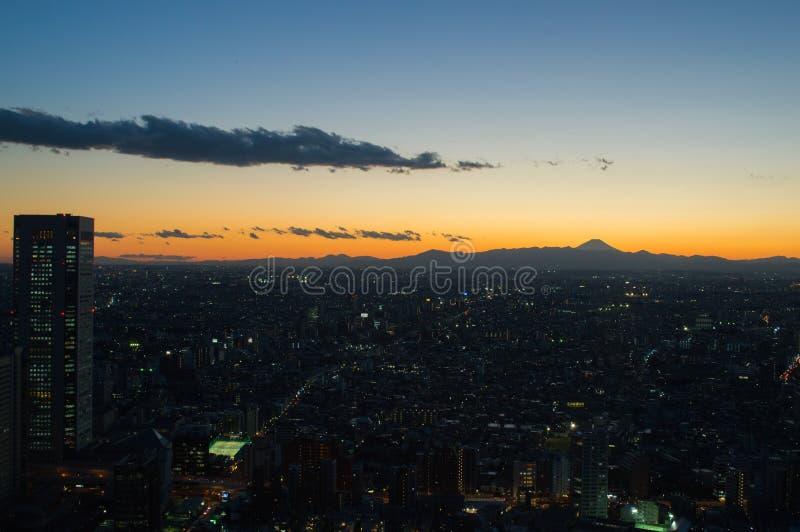 ASAMA capsulado nieve en Japón Fuji visto del edificio metropolitano del gobierno de TOCHO Tokio en la puesta del sol fotos de archivo libres de regalías