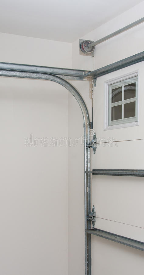 Asamblea de la instalación del resorte del carril del poste de la puerta del garage foto de archivo