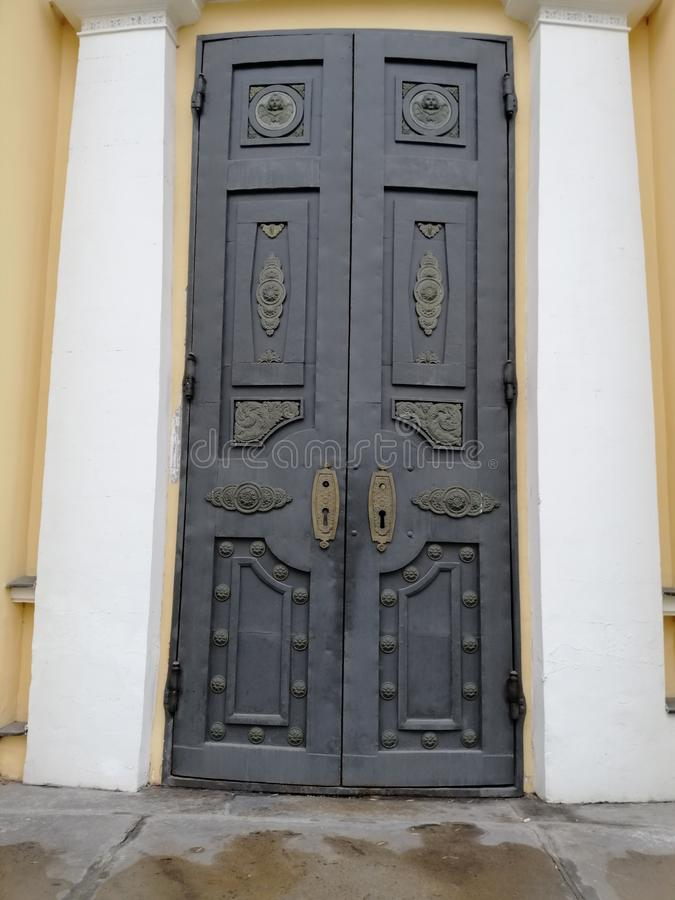 Asamblea forjada de las puertas foto de archivo libre de regalías