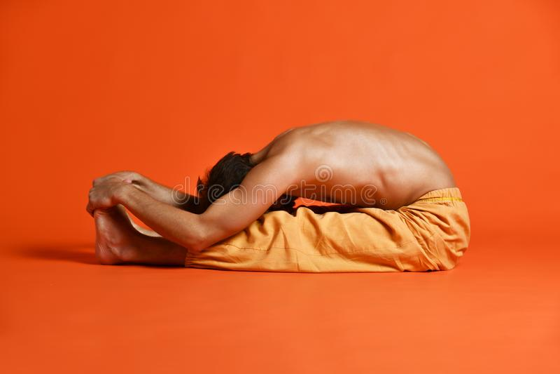Asana de doblez Paschimottanasana - curva delantera asentada de la parte posterior de la yoga de Ashtanga Vinyasa de las práctica fotos de archivo libres de regalías