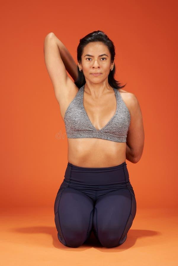 Asana de la yoga de Gomukhasana imágenes de archivo libres de regalías