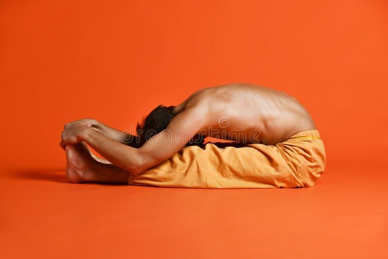 Asana de recourbement Paschimottanasana - courbure en avant posée de dos de yoga d'Ashtanga Vinyasa de pratiques en matière de vi photos libres de droits