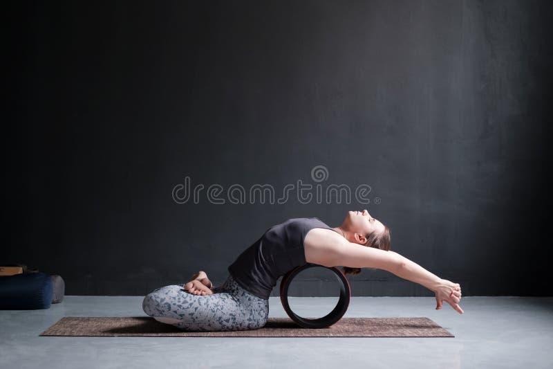 Asana Matsyasana, actitud de la yoga de las prácticas de la mujer de los pescados foto de archivo libre de regalías