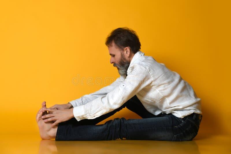 Asana Paschimottanasana - placerad framåt krökning för baksida för gamal manövningsAshtanga Vinyasa yoga böjande arkivfoto