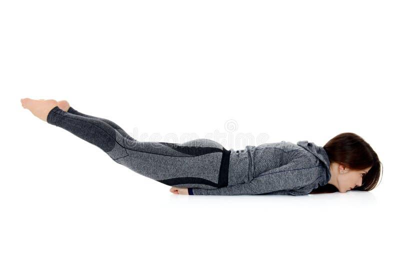Asana Shalabhasana de yoga la pose de sauterelle photo stock
