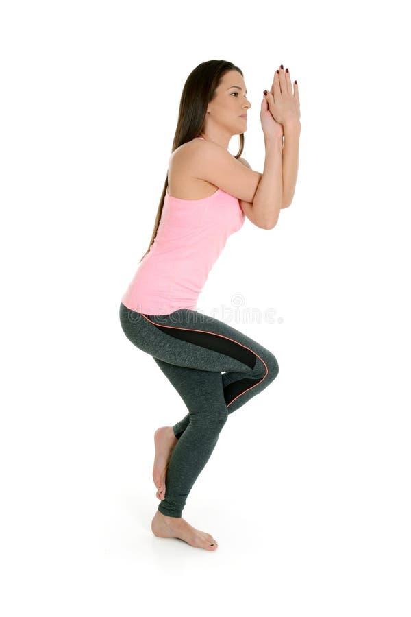Asana soing Garudasana Eagle Pose da ioga da jovem mulher imagens de stock royalty free
