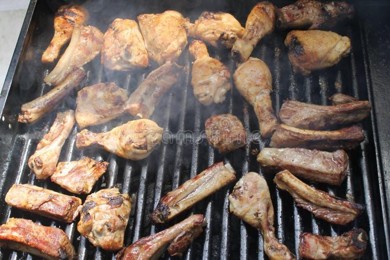 Asando a la parrilla la variedad deliciosa de carne en barbacoa ase a la parrilla fotografía de archivo