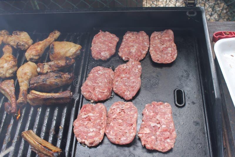 Asando a la parrilla la variedad deliciosa de carne en barbacoa ase a la parrilla fotos de archivo