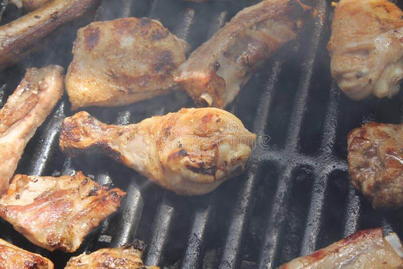 Asando a la parrilla la variedad deliciosa de carne en barbacoa ase a la parrilla imagenes de archivo