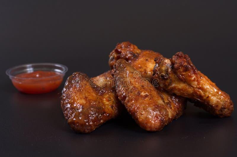 Asas de frango frito com um prato lateral das batatas imagens de stock royalty free