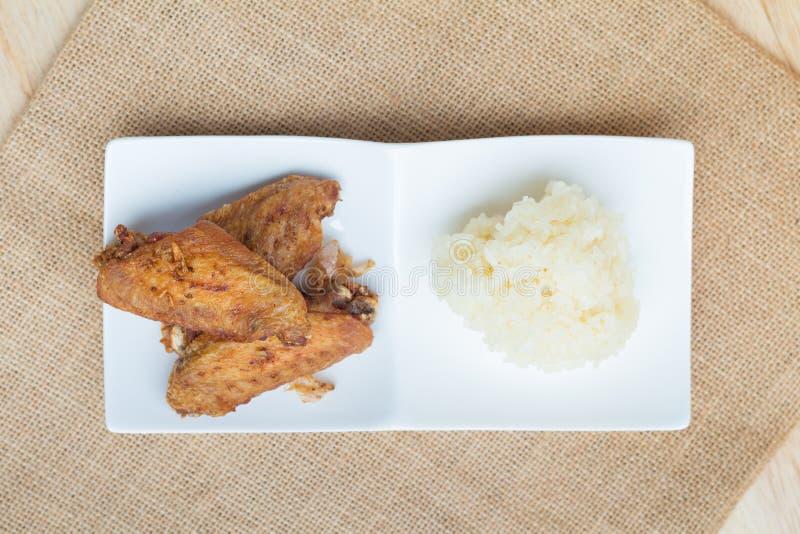 Asas de frango frito e alho friável com arroz pegajoso imagem de stock royalty free