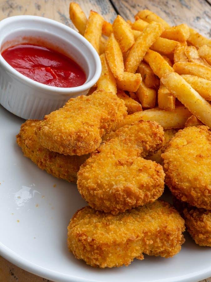 Asas de frango frito na tabela de madeira Jantar saboroso fritado friável panado da galinha de kentucky com molho de tomate fotos de stock