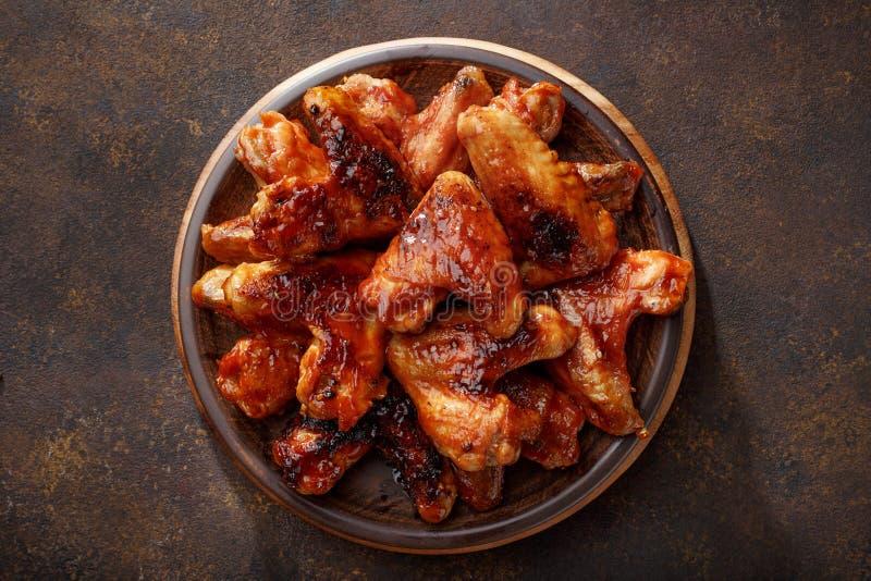 Asas de galinha assadas no molho do BBQ na placa fotos de stock royalty free