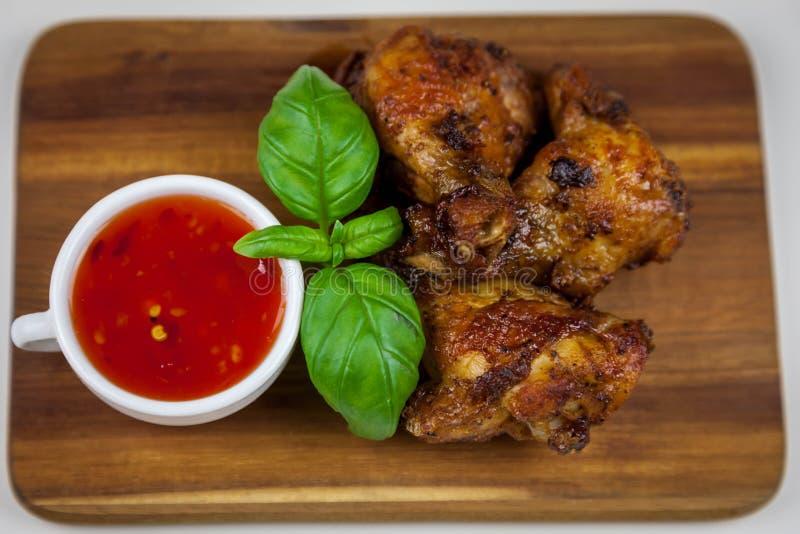 Asas de galinha com opinião superior doce de molho de pimentões imagens de stock