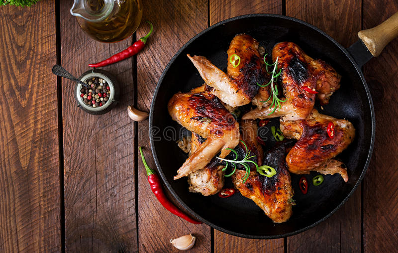 Asas de galinha cozidas na bandeja Vista superior fotografia de stock royalty free