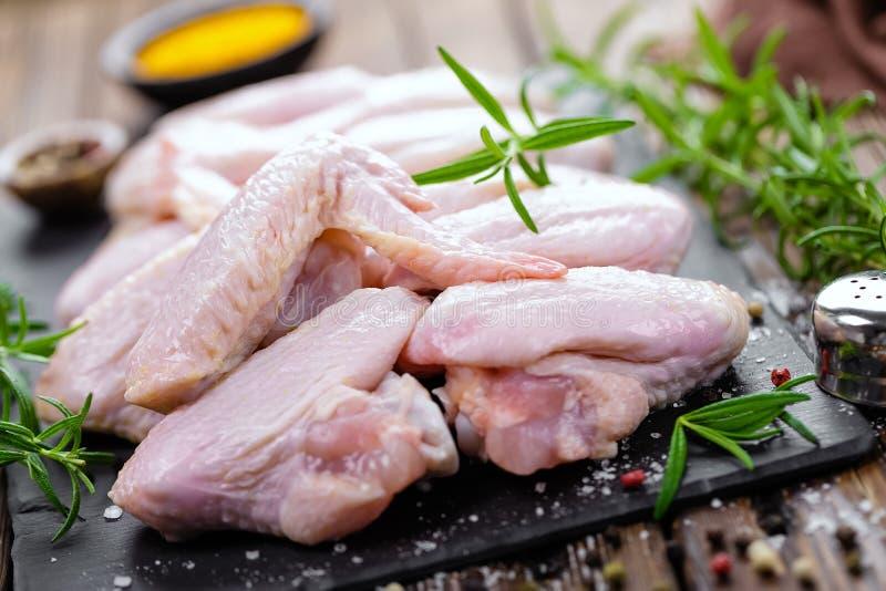 Asas de galinha cruas fotografia de stock