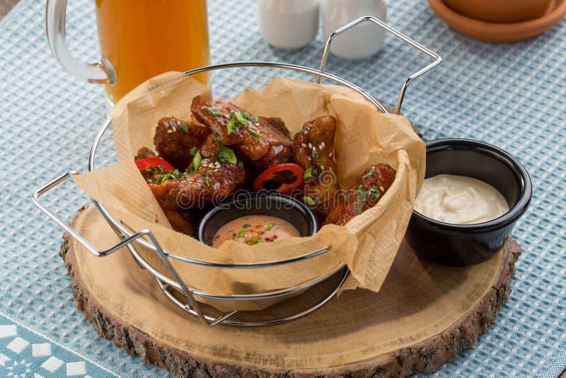 Asas de galinha do BBQ do búfalo com mergulho de queijo e vidro da cerveja na tabela foto de stock royalty free