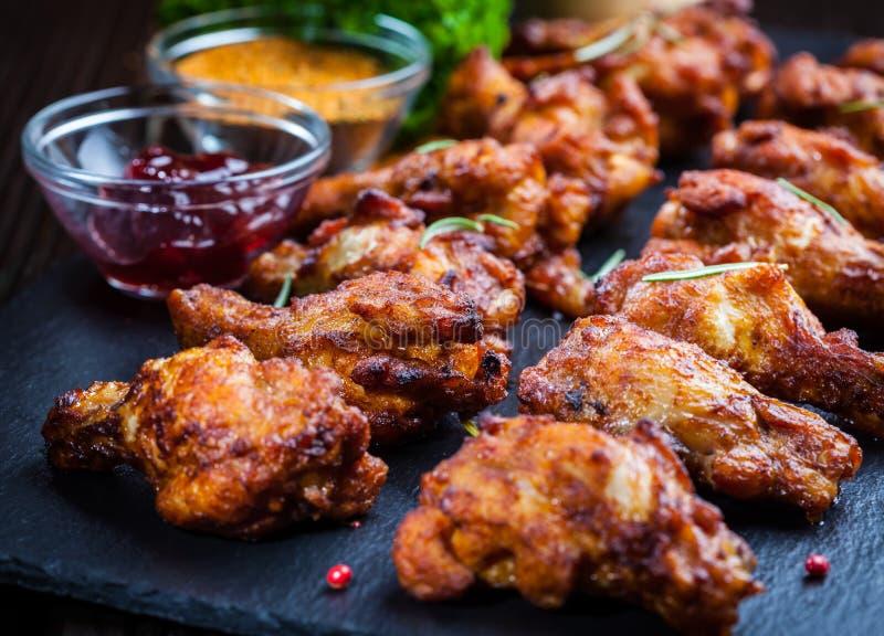 Asas de galinha do BBQ com especiarias e mergulho imagem de stock royalty free