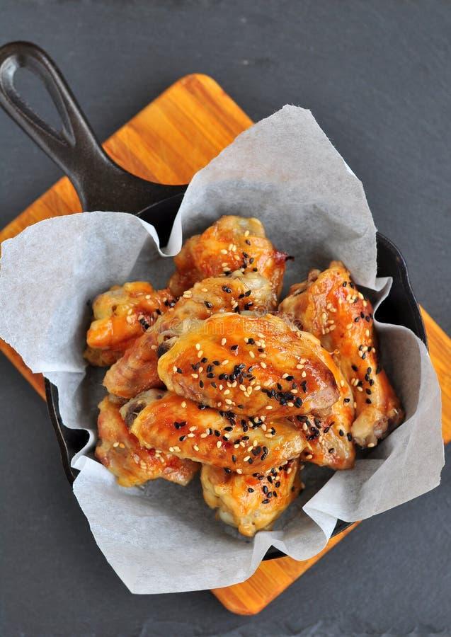 Asas de galinha em um molho do agridoce com sésamo na bandeja imagem de stock royalty free