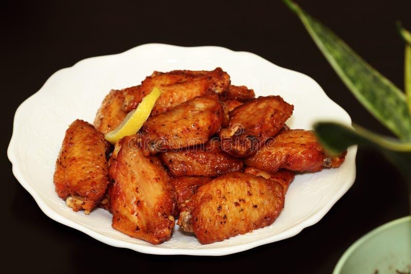 Asas de galinha frescas do BBQ da grade foto de stock