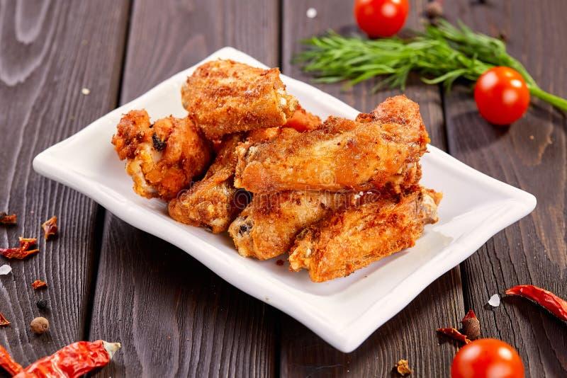 Asas de galinha friáveis saborosos com molho Petiscos da cerveja imagem de stock royalty free