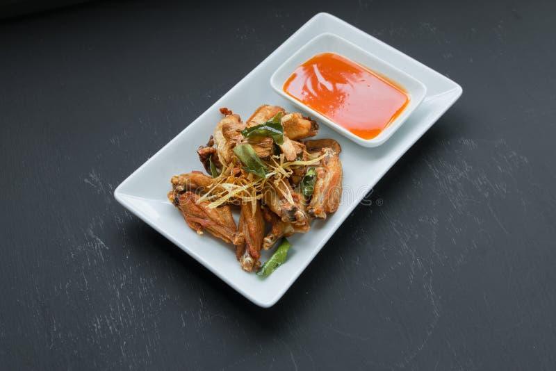 Asas de galinha fritadas com nardo, FO tailandesas fotografia de stock royalty free