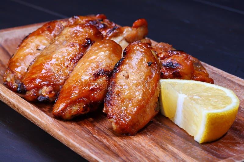 Asas de galinha grelhadas fotos de stock