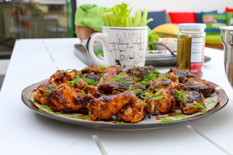 Asas de galinha no BBQ fotos de stock