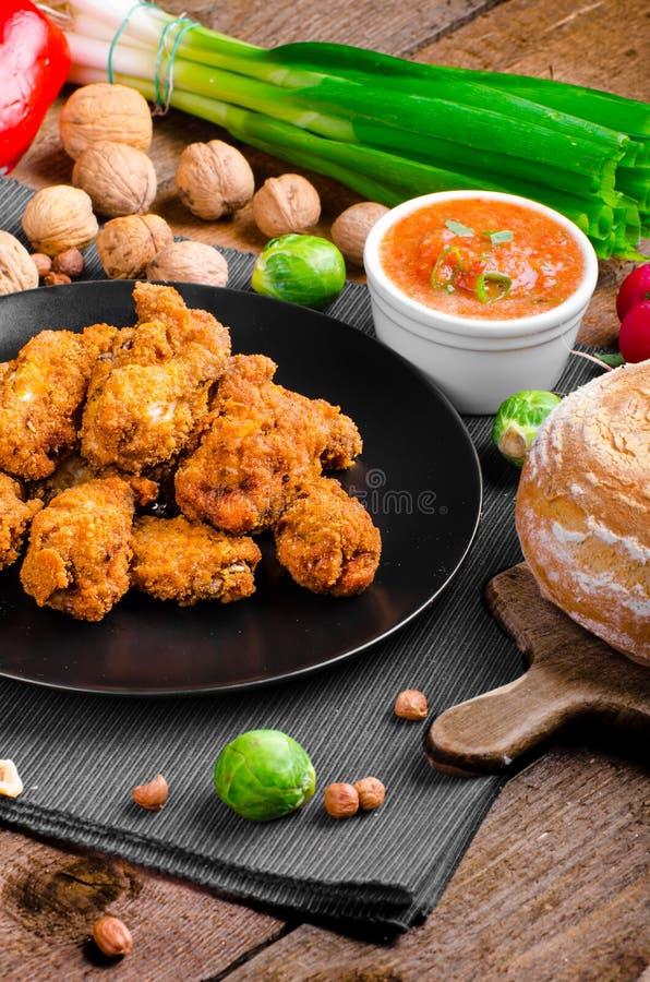 Asas de galinha panadas picantes com pão caseiro fotos de stock royalty free